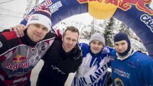 Suomen alamäkiluistelumaajoukkueen Miikka Jouhkimainen, Joonas Eväkoski, Paavo Klintrpu ja Markus Juola poseeraavat yhteiskuvassa.