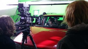 Elokuvan kohtausta kuvataan vihreää kangasta vasten.