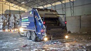 Roska-auto jätteenkäsittelylaitoksella