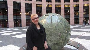 Sirpa Pietikäinen Euroopan parlamentin sisäpihalla