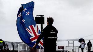 Mies heiluttaa uudenseelannin lippua.