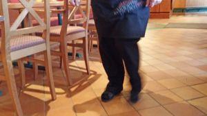 Tarjoilija kävelee.