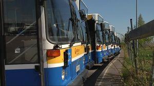 Veolian busseja varikolla.