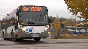 Veolian bussi lähtee varikolta.