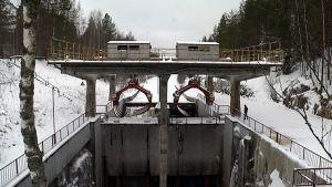 Puutavaranosturi Kimolan kanavassa Kouvolassa.