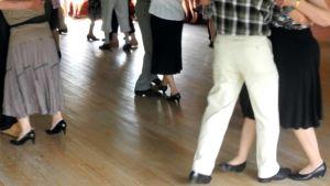 Pareja tanssilavalla.