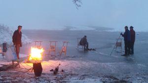 retkiluistelijoita järven jäällä