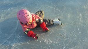 lapsi kaatuneena luistimet jalassa