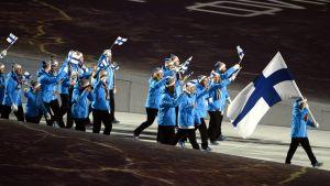 Suomen joukkue marssii stadionille Sotshin olympialaisten avajaisissa.