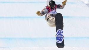 Yhdysvaltain Sage Kotsenburg laskee slopestylen finaalissa.