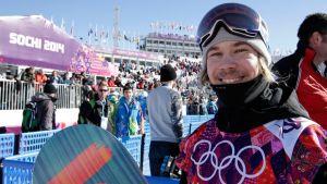 Suomen Roope Tonteri hymyilee slopestyle-kilpailun jälkeen.