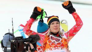 Saksan Maria Höfl-Riesch tuulettaa alppiyhdistetyn kultaansa.