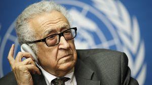 YK:n ja Arabiliiton rauhanvälittäjä Lakhdar Brahimi lehdistötilaisuudessa Syyrian ensimmäisten rauhanneuvottelujen jälkeen.