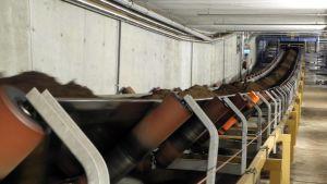 Turvetta kuljettimella Keljonlahden voimalaitoksella.