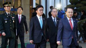 Etelä-Korean edustajia kävelemässä kokouspaikalle.