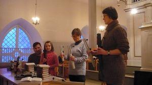 kuorokelloyhtye harjoittelee Hattulan kirkossa
