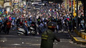 Sotilas ja mielenosoittajia kadulla.