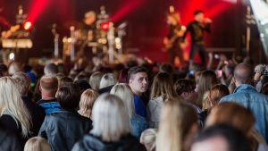 Antti Tuisku lavalla Sataman Yössä 2013 Jyväskylässä.