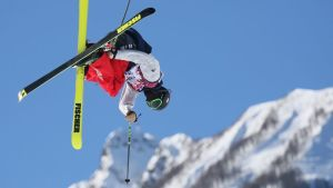 Yhdysvaltain freestyle-hiihtäjä Joss Christensen slopestyle-kilpailun hypyssä.