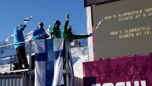 Suomen lumilautamaajoukkueen lääkäri Sikri Tukiainen, valmentaja Antti Koskinen ja liiton toiminnanjohtaja Mats Lindfors kannustamassa.