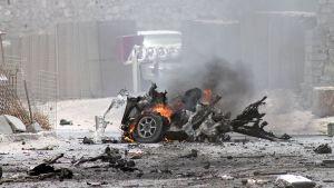 Auto palaa kadulla Mogadishussa.