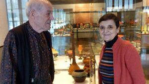 Lasikeräilijät Laurence (oik.) ja Jean-Pierre Serre Ranskasta Suomen lasimuseossa Riihimäellä