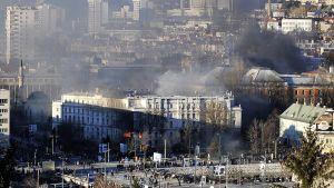 Bosnialaiset mielenosoittajat sytyttivät hallintorakennuksen tuleen Sarajevossa 7. helmikuuta 2014.