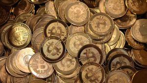 Bitcoineja laatikossa.