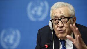 YK:n ja Arabiliiton rauhanvälittäjä Lakhdar Brahimi puhuu lehdistötilaisuudessa Genevessä 15. helmikuuta 2014.