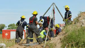 Pelastustyöntekijät nostavat laittomaan kultakaivokseen jumiin jääneitä miehiä ylös Benonissa 16. helmikuuta 2014.