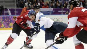 Sami Vatanen kaatuu.