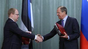 Viron ja Venäjän ulkoministerit Urmas Paet ja Sergei Lavrov kättelevät allekirjoitettuaan maiden välisen rajasopimuksen.