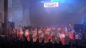 oppilaat esiintymässä lavalla