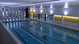 Uimareita Haminan uudessa uimahallissa.
