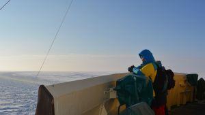 Matkailija jäänmurtaja Sampon kannella talvella 2014.