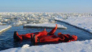Matkailijat kellumassa jäiden seassa Perämeressä.