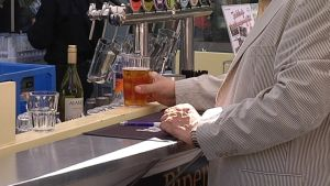 Mies ostaa tuoppia terassin baarista