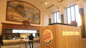 Burger King -hampurilaisravintola Helsingin rautatieasemalla.