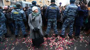 Mellakkapoliisit estävät pääsyn oikeustalolle Moskovassa 21. helmikuuta 2014.