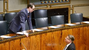 Puolustusministeri Carl Haglund ja kansanedustaja Timo Soini eduskunnan suullisella kyselytunnilla 13. helmikuuta.