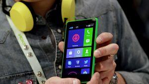 Android-pohjaista käyttöjärjestelmää käyttävä Nokia XL -puhelin.