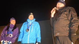 Kerttu ja Iivo Niskanen kuuntelee, kun Juha Mieto puhuu.