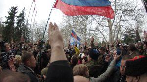Ihmiset osoittivat mieltään Sevastopolissa 24. helmikuuta 2014.