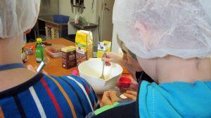 Kuvassa lapsi leipoo Marttaliiton Pikkukokki-kurssilla.
