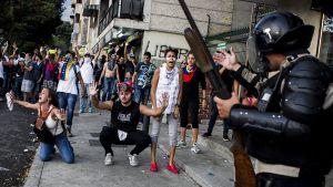 Poliisi ja mielenosoittajia.