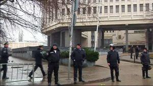 Poliisit partioivat paikallishallinnon rakennuksen edustalla Krimin niemimaalla Simferpolissa torstaina.