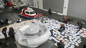 Viktor Janukovitšin jälkeensä jättämiä dokumentteja kuivatetaan lattialla.