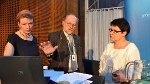 Kirsi-Ojansuu-Kaunisto (vas.) ja demarien Tarja Filatov jännittävät Pertti Lampisen kanssa vaalien tuloksia vuonna 2011