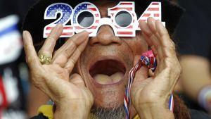 Mies huutaa hassut silmälasit päässä