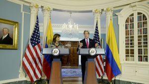 Maria Holguin ja John Kerry
